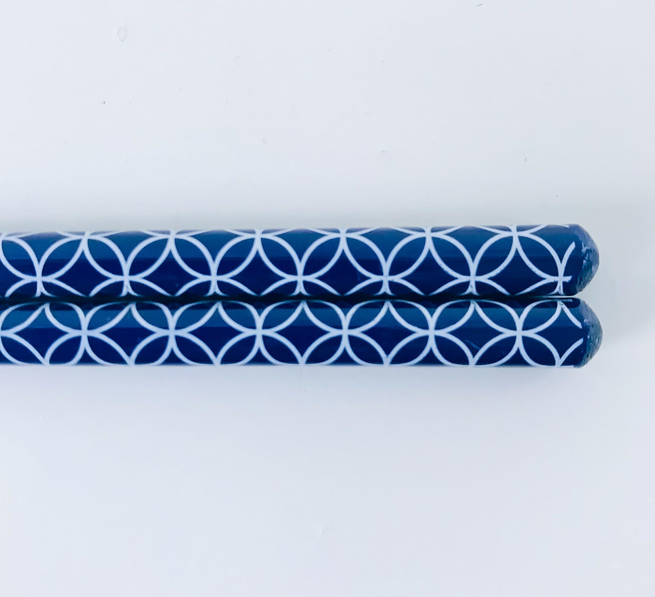 Brune spisepinde med blåt mønster