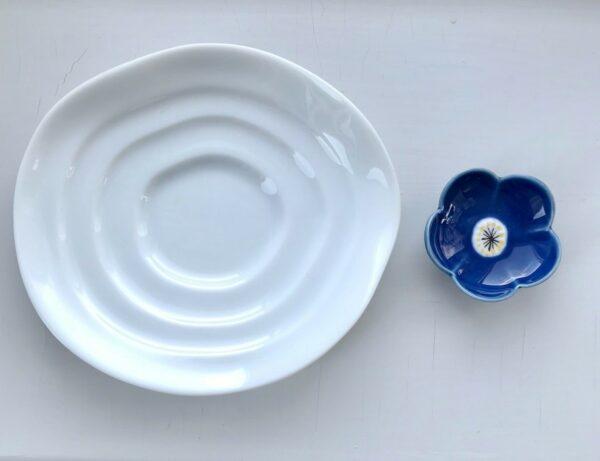 Hvid soyaskål og blå spisepindeholder
