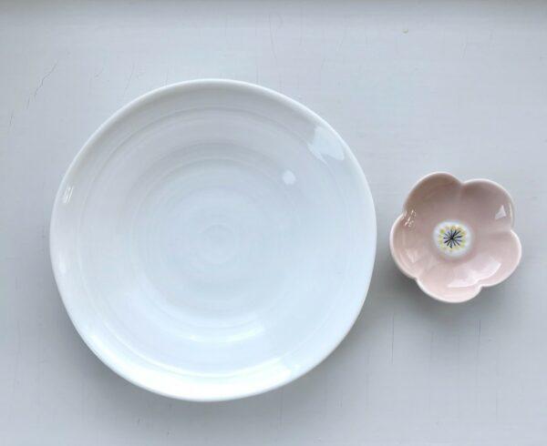 Hvid soyaskål og rosa spisepindeholder