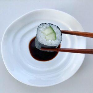 Hvid soyaskål med sushi