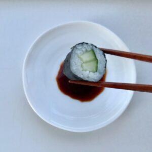 Hvid soyaskål og sushi