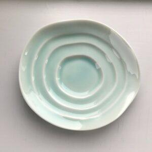 Japansk celadon soyaskål med bølgende kanter