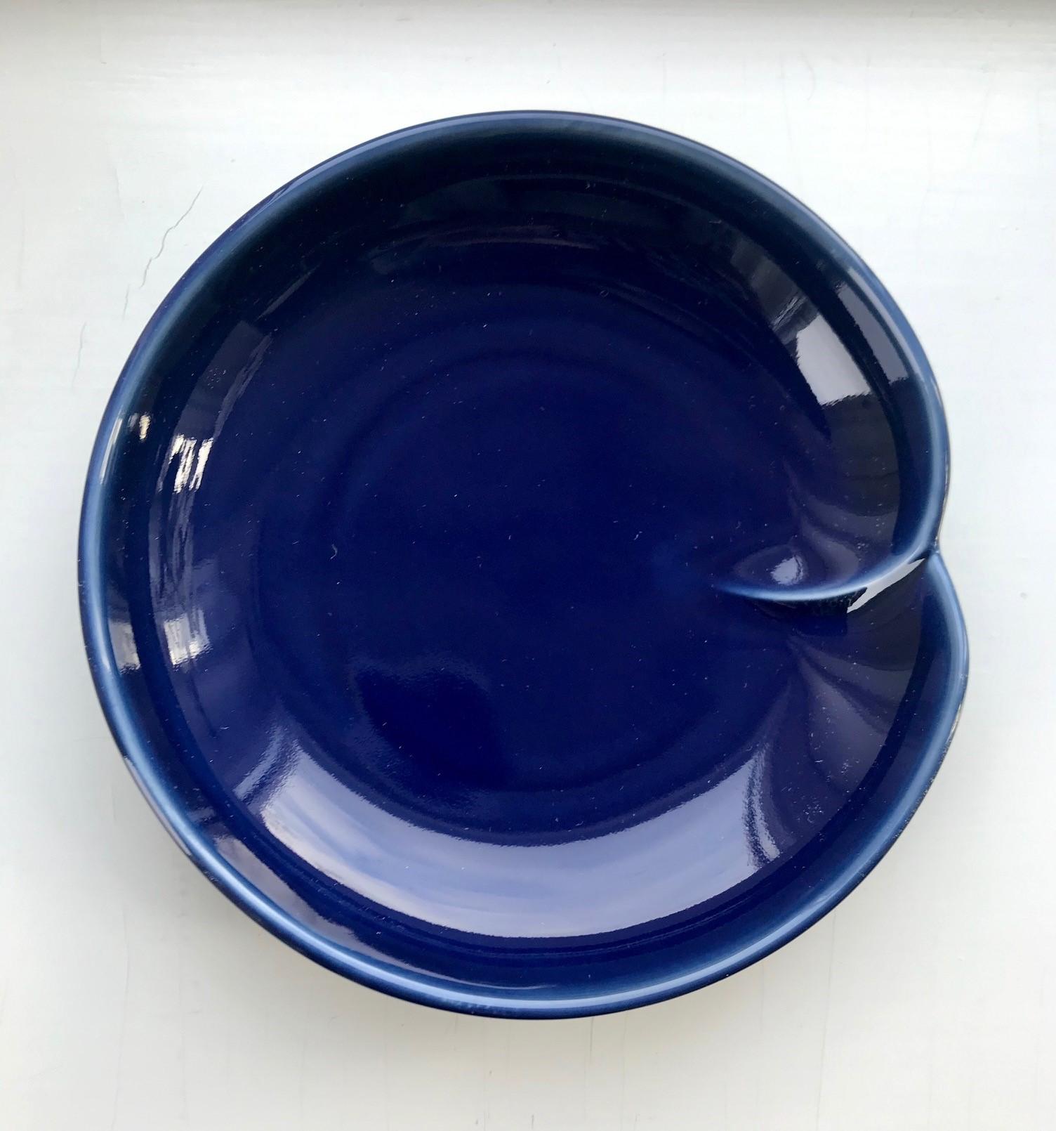 Japansk marineblå soyaskål med en fold
