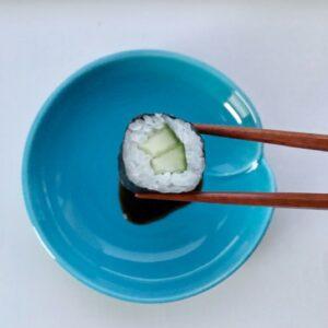 Lyseblå soyaskål og sushi