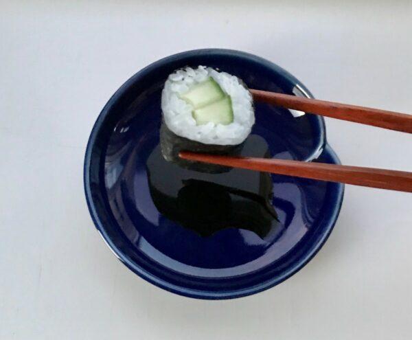 Mørkeblå soyaskål og sushi