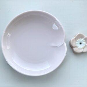 Rosa soyaskål og flad blomster formet spisepindeholder
