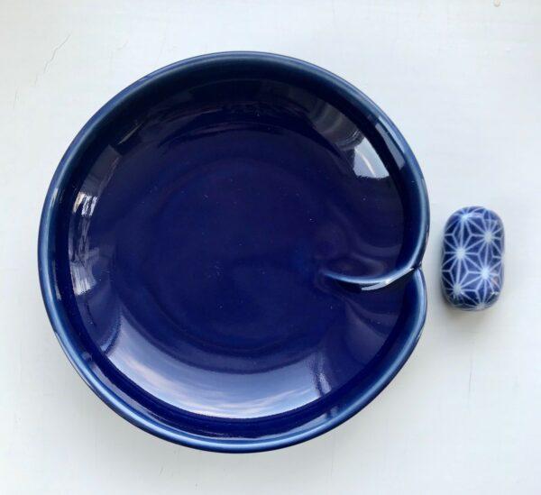 Blå soyaskål og marineblå spiseipndeholder