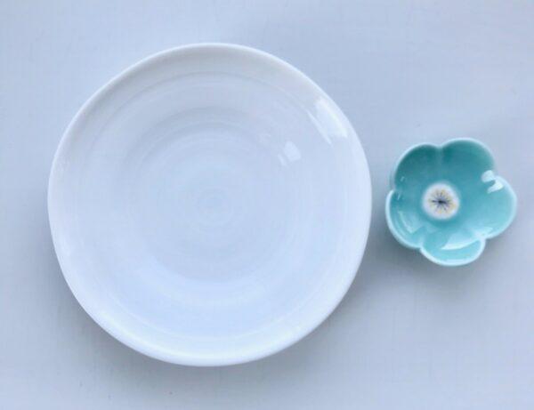 Hvid soyaskål og turkis spisepindeholder