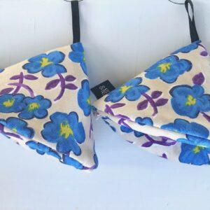 Beige trekantsgrydelapper med lyseblå blomster
