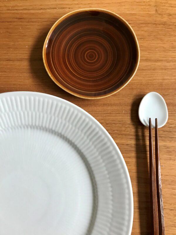 Brun soyaskål og hvid oval spisepindeholder