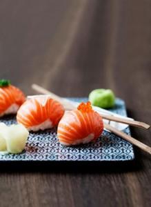 Hvordan bruges toppping på sushi?