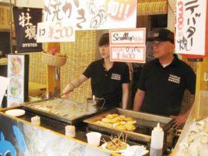 Mad stande ved Tsukiji fiskemarked i Tokyo