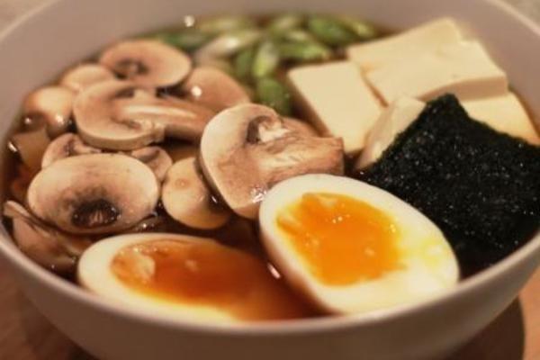 Japansk nudelsuppe luner på en travl vinterdag